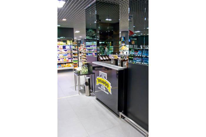 Барная стойка в супермаркете для